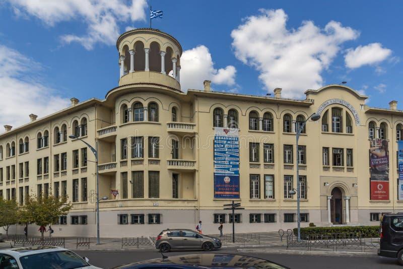 THESSALONIKI GREKLAND - SEPTEMBER 30, 2017: Typisk gata och byggnad i stad av Thessaloniki, centrala Makedonien, Grekland royaltyfri foto
