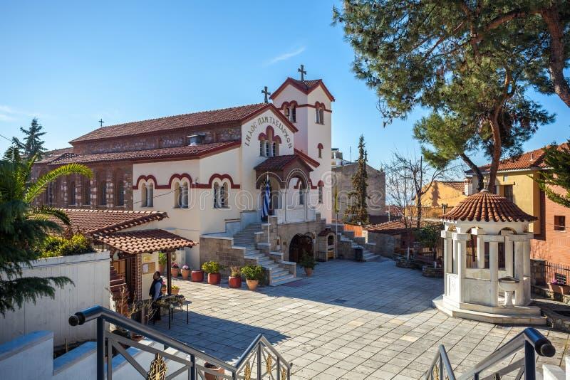 10 03 2018 Thessaloniki, Griekenland - de kerk is verborgen onder royalty-vrije stock foto's