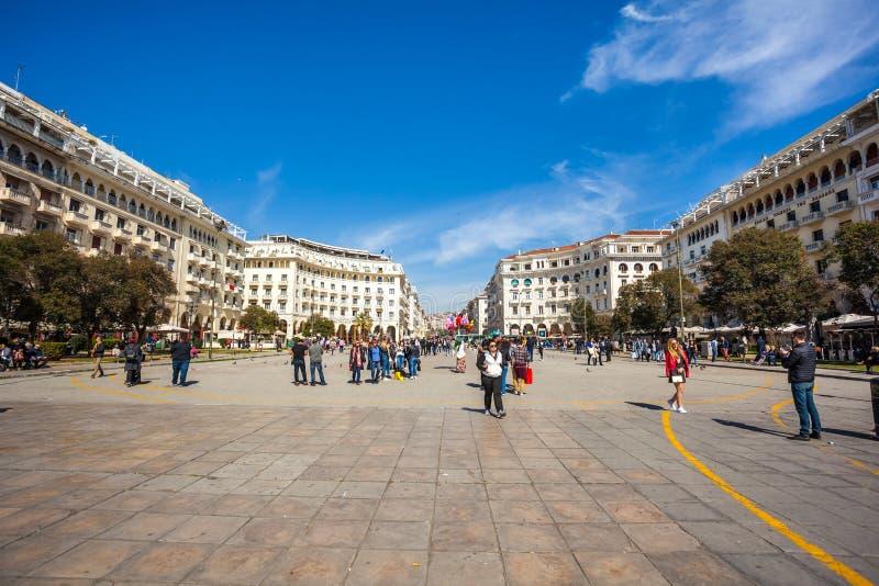 10 03 2018 Thessaloniki, Griekenland - Mensen die in Aristotelous lopen royalty-vrije stock afbeeldingen
