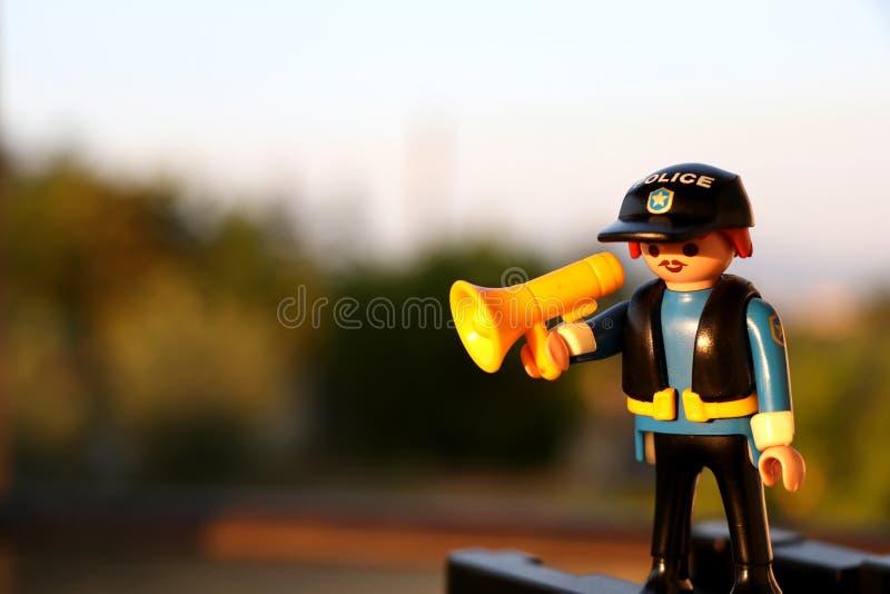 Thessaloniki, Griekenland - September 2 2018: Politieman met een luidspreker, playmobil cijfer stock afbeeldingen