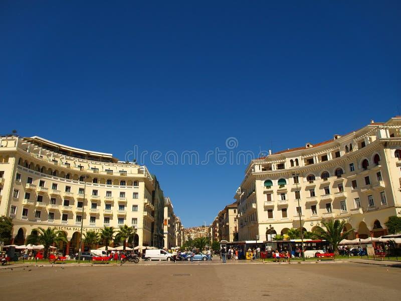 Thessaloniki, Griekenland - Voetgangers en verkeer in Aristotelous-Vierkant stock fotografie
