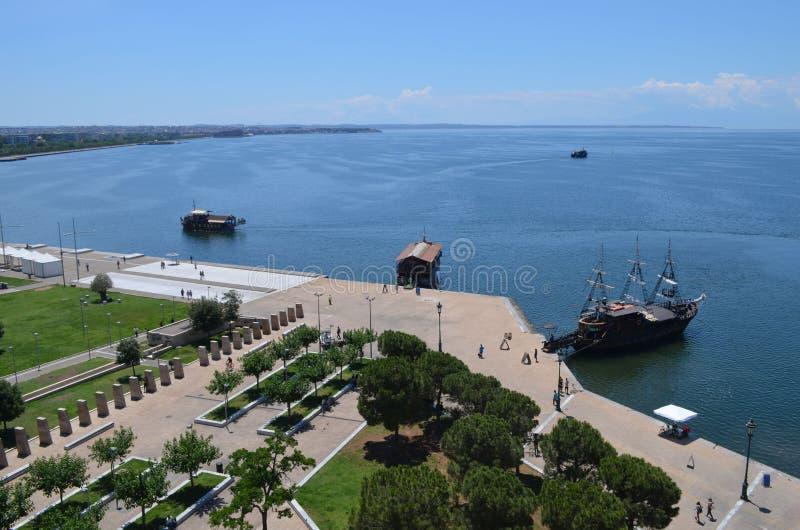 Thessaloniki havsPort-överkant av det vita tornet royaltyfri foto