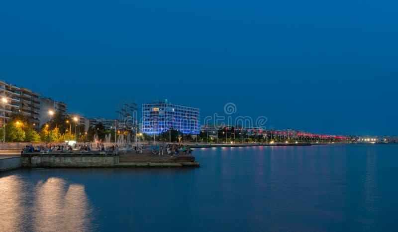 Thessaloniki vid natt arkivbilder