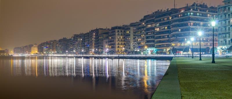 Thessaloniki waterkant bij nacht, Macedonië, Griekenland stock foto