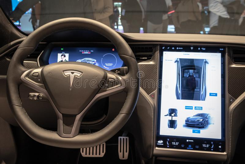 theTesla模型S P100D电车内部仪表板视图被陈列在巴黎汽车展示会 免版税库存图片