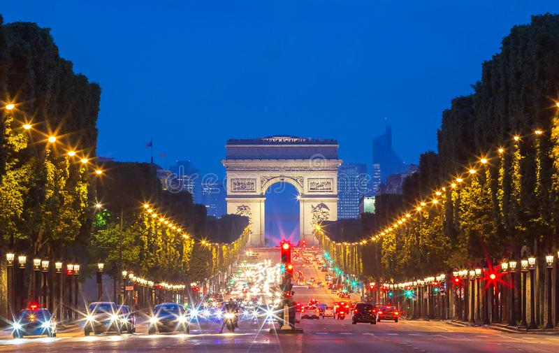 TheTriumphal-Bogen und Champs-Elyseesallee, Paris stockfotos