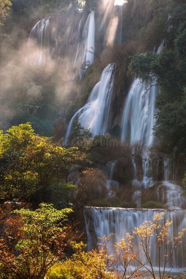 Thi Lo Su Waterfall är den största och högsta vattenfallet i thailändskt fotografering för bildbyråer