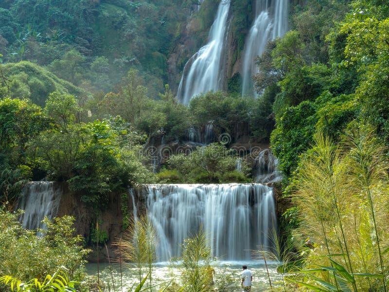 Thi Lo Su Waterfall i Thailand arkivbilder