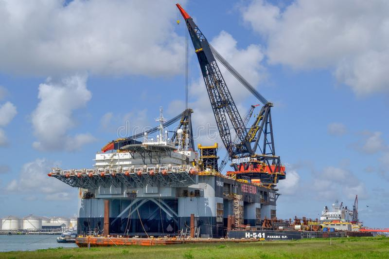 Thialf-Kranschiff, ein großes Tiefwasserbauschiff von Heerema machte am Hafen fest lizenzfreie stockfotografie