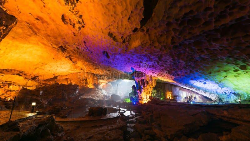 Thien Cung Cave dans la baie long d'ha, Vietnam photos libres de droits
