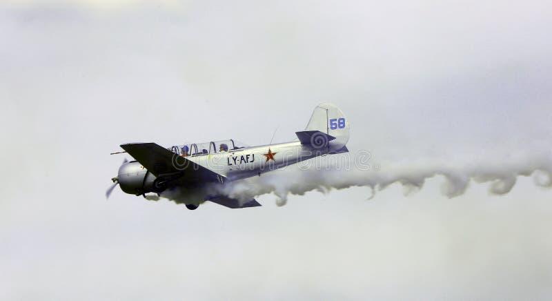 Thiene Vicenza - Italien 26th Juli, 2015: Flygplan med rök arkivbilder