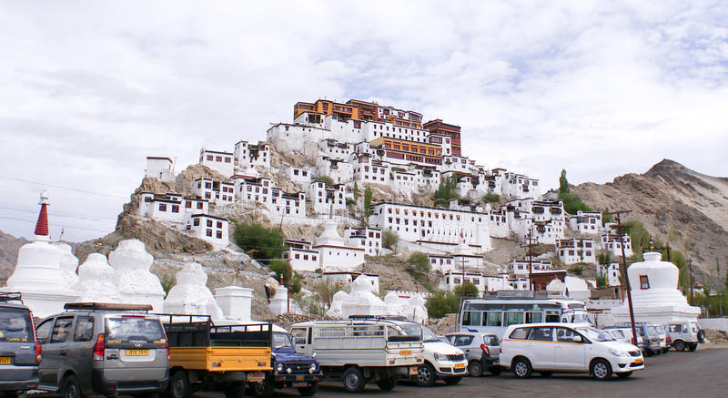 Thiksay Gompa eller den Thiksay kloster sätta sig uppe på en hög royaltyfri fotografi