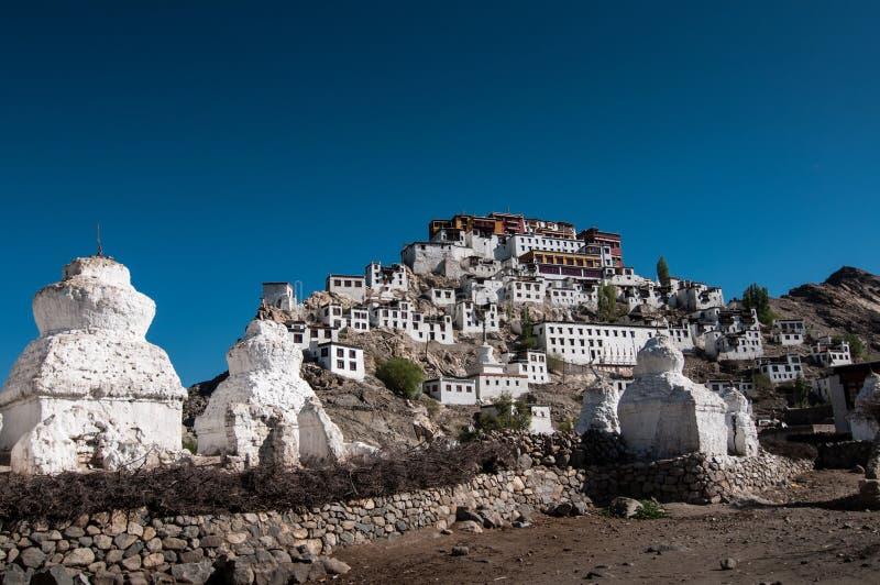 Thiksey修道院寺庙在广角的蓝天下 库存图片