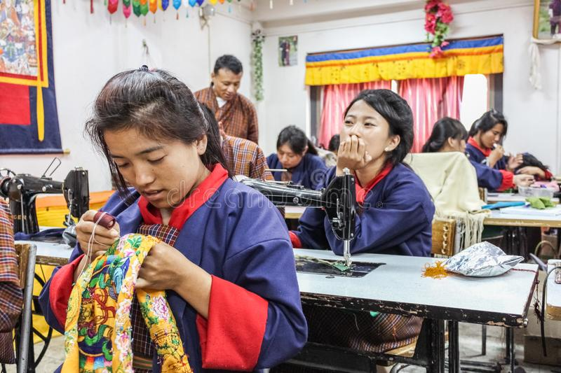 Thimphou, Bhutan - 11 septembre 2016 : Étudiants de couture à l'institut national pour Zorig Chusum (arts traditionnels), Thimpho photos libres de droits