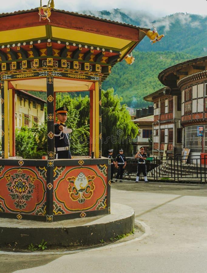 Thimphu, Μπουτάν - 10 Σεπτεμβρίου 2016: Αστυνομικός κυκλοφορίας με τα άσπρα γάντια στο καθήκον στο κέντρο πόλεων Thimphu, Μπουτάν στοκ εικόνα