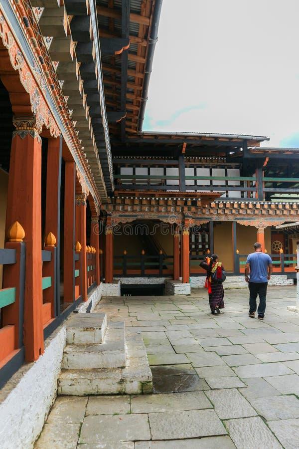 Thimphu, Bhutan - 15 settembre 2016: Due genti che camminano nel cortile di Simtokha Dzong, Thimphu, Bhutan immagini stock