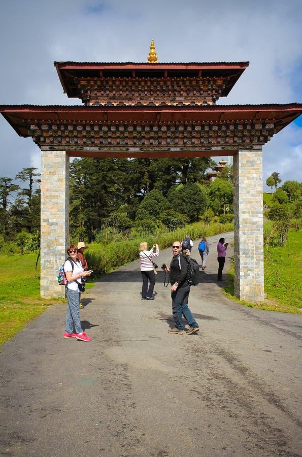Thimphu, Bhutan - 10 settembre 2016: Turisti vicino al tempio di Druk Wangyal Lhakhang, passaggio di Dochula, Bhutan fotografia stock