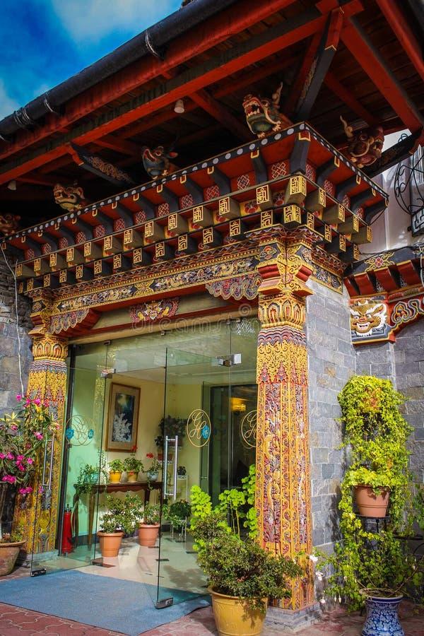 Thimphu Bhutan, Wrzesień, - 10, 2016: Tradycyjna Bhutanese architektura z kwiatami w Bhutan, Południowa Azja obraz stock
