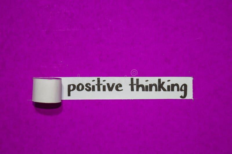 Thingking positivo, conceito da inspiração, da motivação e do negócio no papel rasgado roxo fotografia de stock