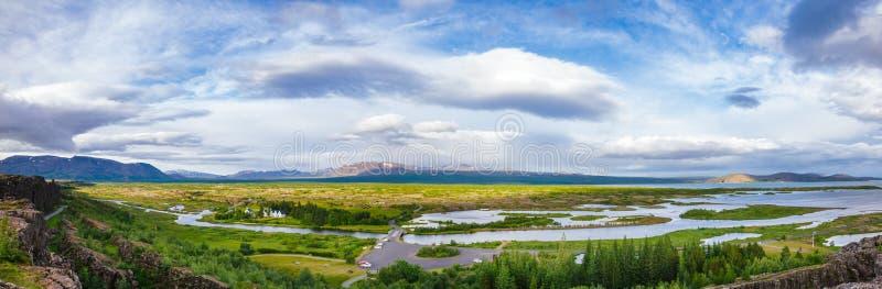 Thingvellir εθνική πάρκων διαδρομή Ισλανδία Σκανδιναβία τουριστών κύκλων πανοράματος χρυσή στοκ εικόνες