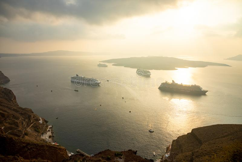 Thira, Santorini - 18 10 2018: Изумляющ выравнивающ взгляд от Fira на туристических суднах на заходе солнца, Santorini, Греции стоковая фотография