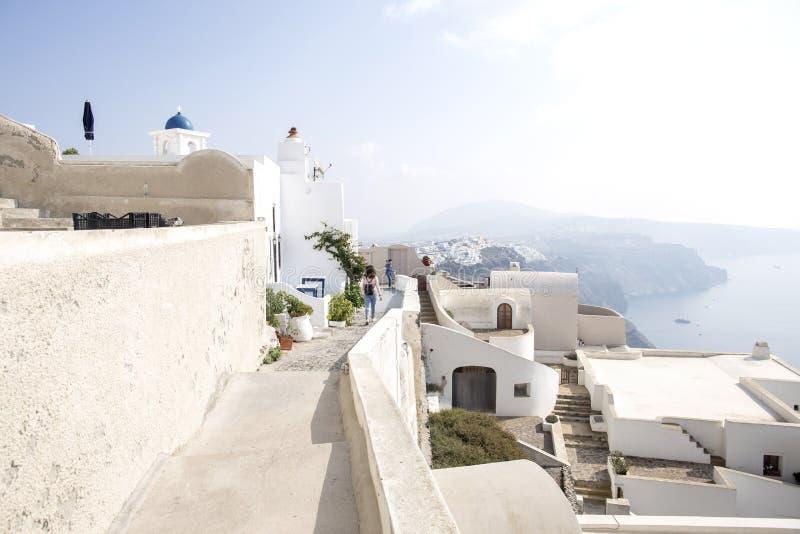 Thira, Santorini - visión panorámica Casas blancas famosas tradicionales e iglesias de la visión panorámica en la ciudad de Thira fotos de archivo