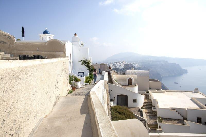 Thira, Santorini - vista panorâmica Casas e igrejas brancas famosas tradicionais da vista panorâmica na cidade de Thira na ilha d imagem de stock