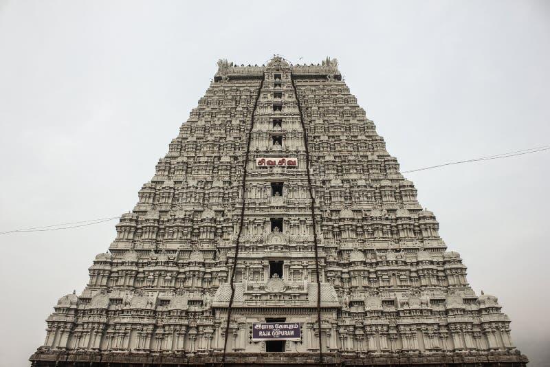Thiruvannamalai tempels sikt för låg vinkel Raja Gopuram för främre sida med en molnig himmel i bakgrunden fotografering för bildbyråer