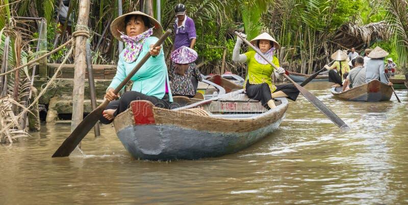 THO ΜΟΥ, ΒΙΕΤΝΆΜ - 24 ΝΟΕΜΒΡΊΟΥ 2018: Βιετναμέζικες γυναίκες στο tra στοκ φωτογραφία