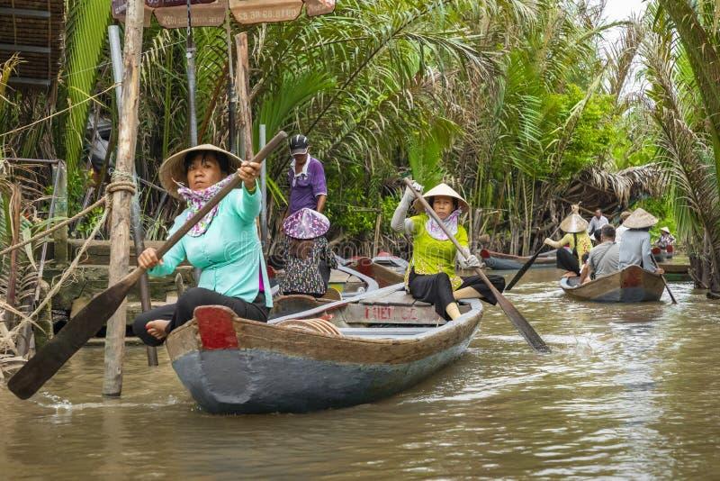 THO ΜΟΥ, ΒΙΕΤΝΆΜ - 24 ΝΟΕΜΒΡΊΟΥ 2018: Βιετναμέζικες γυναίκες στο tra στοκ εικόνα με δικαίωμα ελεύθερης χρήσης