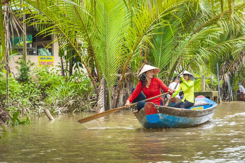 THO ΜΟΥ, ΒΙΕΤΝΆΜ - 24 ΝΟΕΜΒΡΊΟΥ 2018: Βιετναμέζικες γυναίκες στο tra στοκ εικόνα