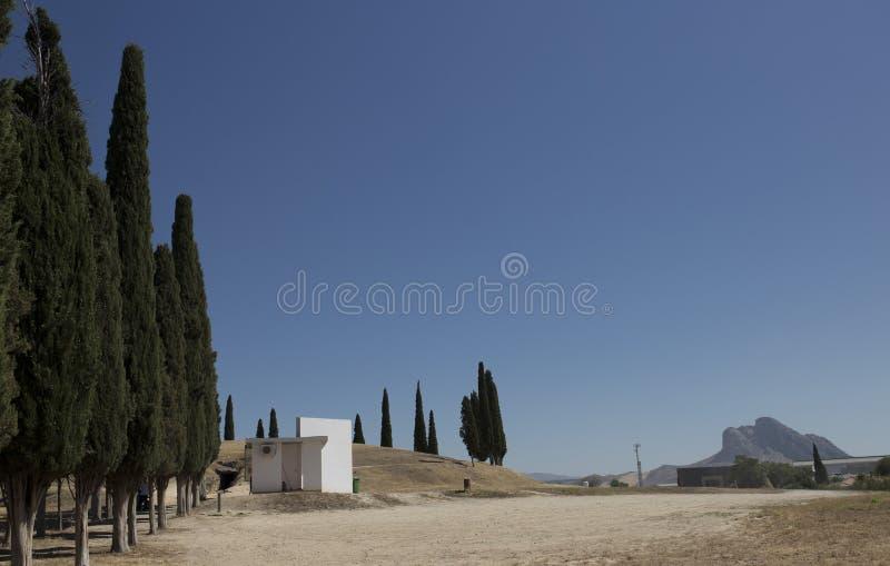 Tholos de EL Romeral com rocha de Enamorados no fundo, Antequera, imagens de stock royalty free