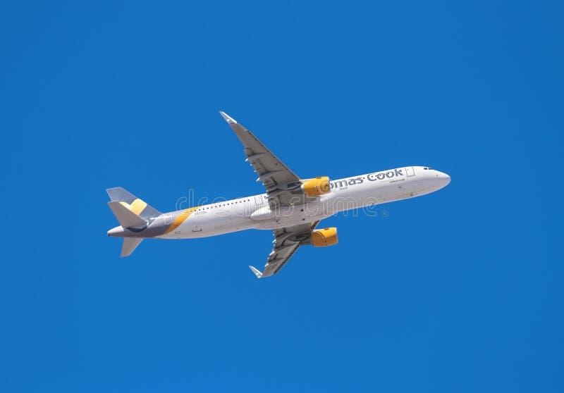 Thomas Cook Airbus 321 sta decollando dall'aeroporto del sud di Tenerife il 13 gennaio 2016 immagini stock