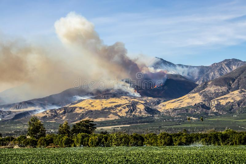 Thomas Fire Burns Above Fillmore em Ventura County California foto de stock royalty free