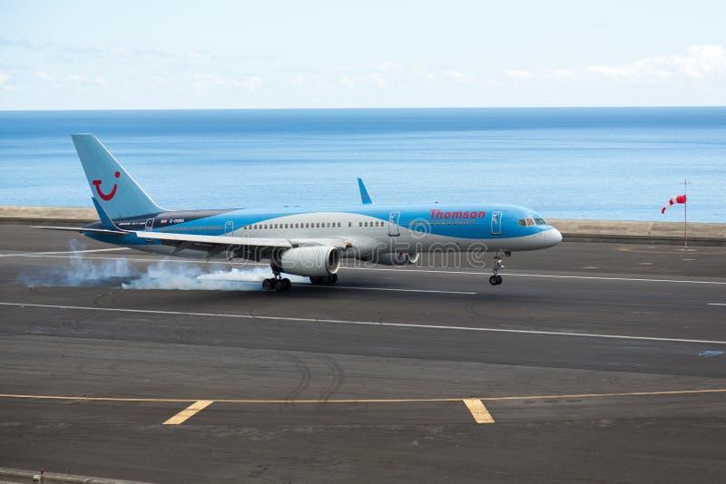 Thomson Airways Boeing 737-800 op aanraking neer stock fotografie