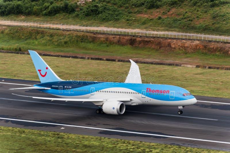 Thomson-de start van het luchtroutesvliegtuig van phuketluchthaven stock fotografie