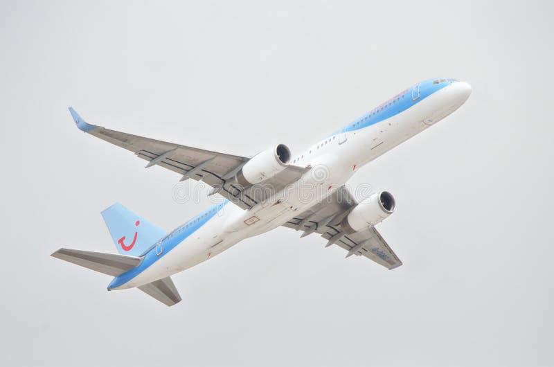 Thomson Holidays Boeing 757 die van het zuidenluchthaven van Tenerife opstijgen op een bewolkte dag stock fotografie
