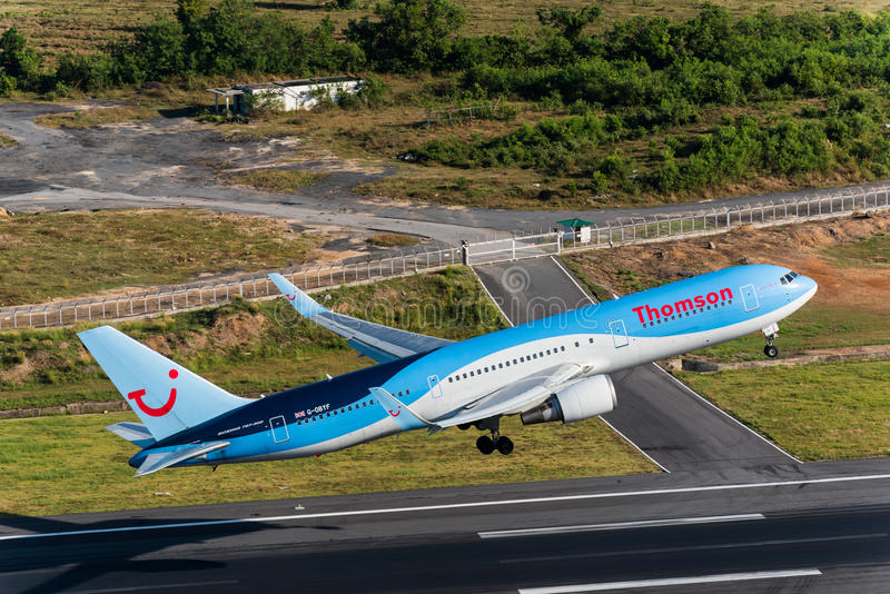 Thomson-luchtroutesstart bij Phuket-luchthaven stock afbeelding