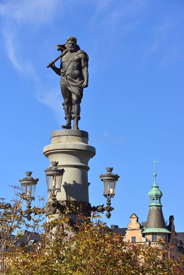 Thor com seu martelo Mjolnir, deus nórdico militante da escultura da ponte 1897 de Yurgordsbrun imagem de stock