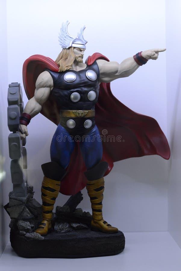Thor poderoso, deus de trovão, balançando seu martelo foto de stock