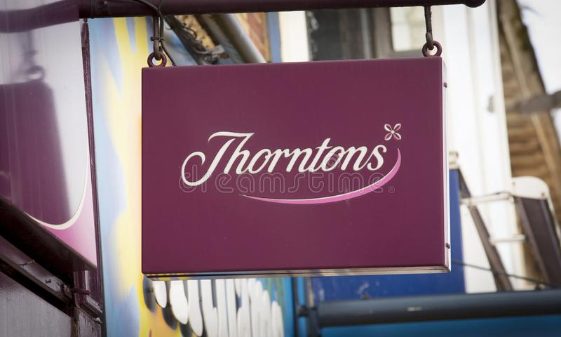 Thorntons巧克力的一个商店标志-斯肯索普,林肯郡,英国- 2018年1月23日 图库摄影