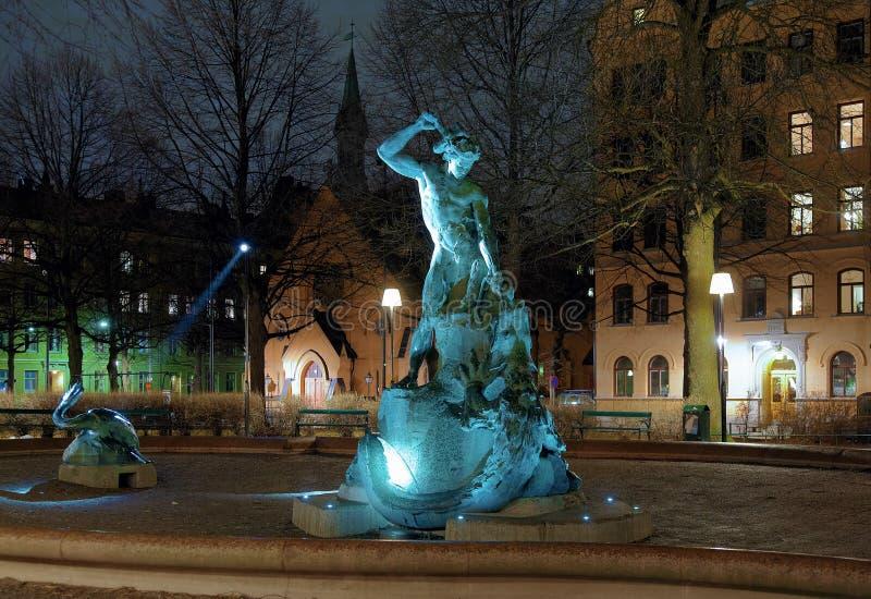 Thors die - fontein in Stockholm bij avond vist stock afbeeldingen