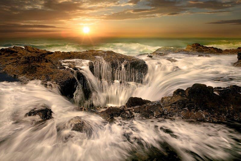 Thors för vattenutloppsrör väller fram den Oregon kusten royaltyfri foto