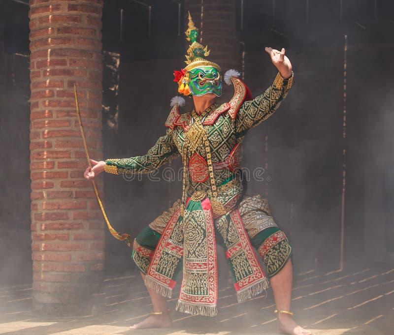 Thotsakan dez caras gigantes em Khon ou na pantomima tailandesa tradicional como um desempenho de dança cultural das artes nas má foto de stock royalty free