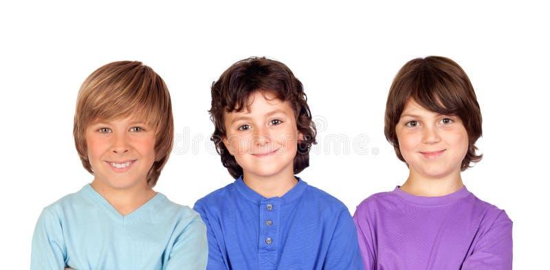 Thre ungar som ser kameran royaltyfri foto