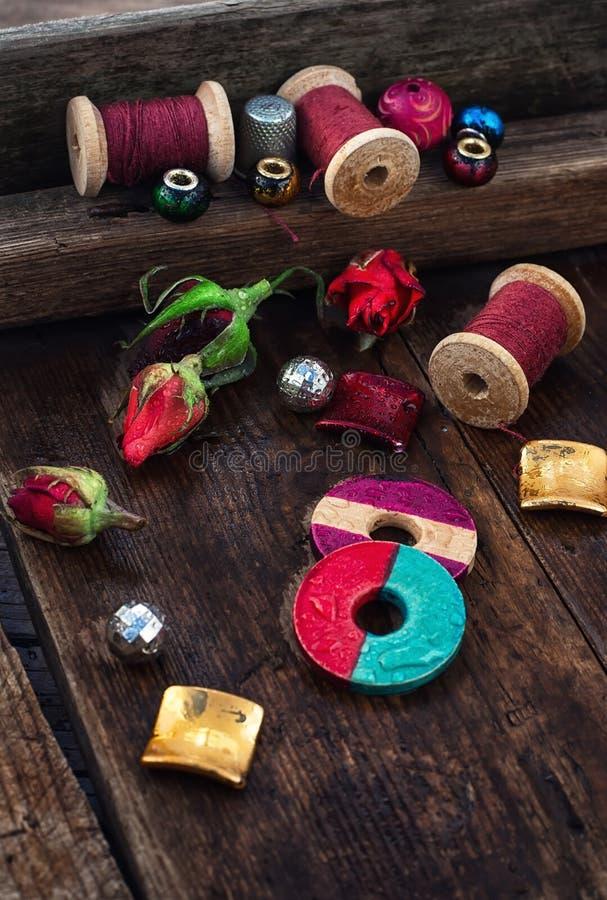Thread mit Perlen für Näharbeit stockfotos