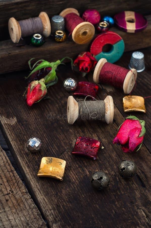 Thread mit Perlen für Näharbeit lizenzfreies stockfoto