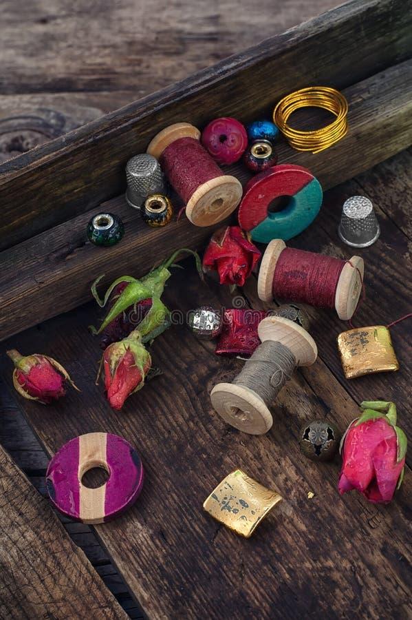 Thread mit Perlen für Näharbeit lizenzfreie stockfotos