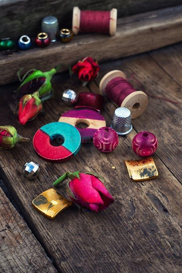 Thread mit Perlen für Näharbeit lizenzfreie stockbilder