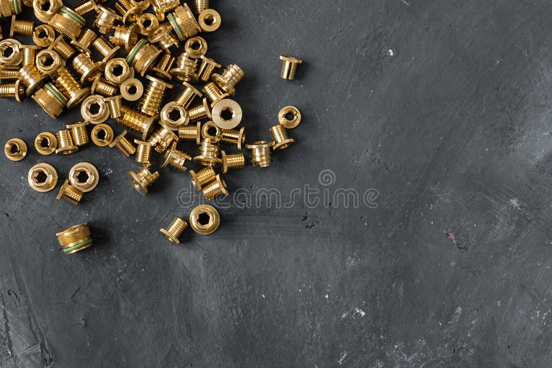 Threaded wszywki uzupełniać od złocistego colour metalu na chalkboard tle zdjęcia stock